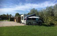 camperplaats naast kampeerveld