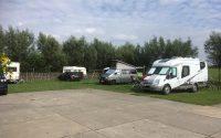 campers alleen met toestemming op het gras
