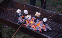 marshmallows boven de barbecue